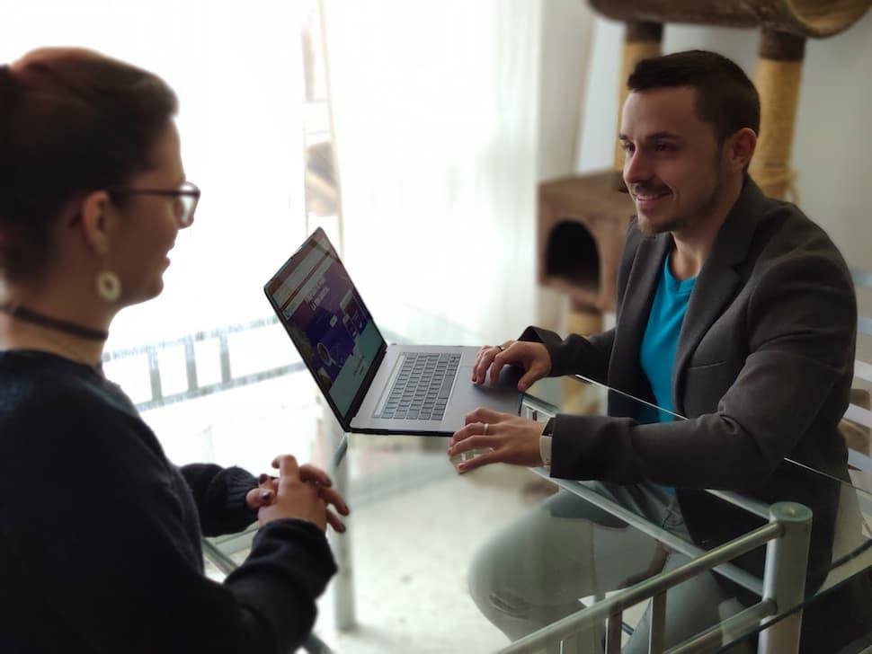 OliverCG durante una reunión de negocios: informático y emprendedor especializándose en marketing digital, SEO Y SEM.