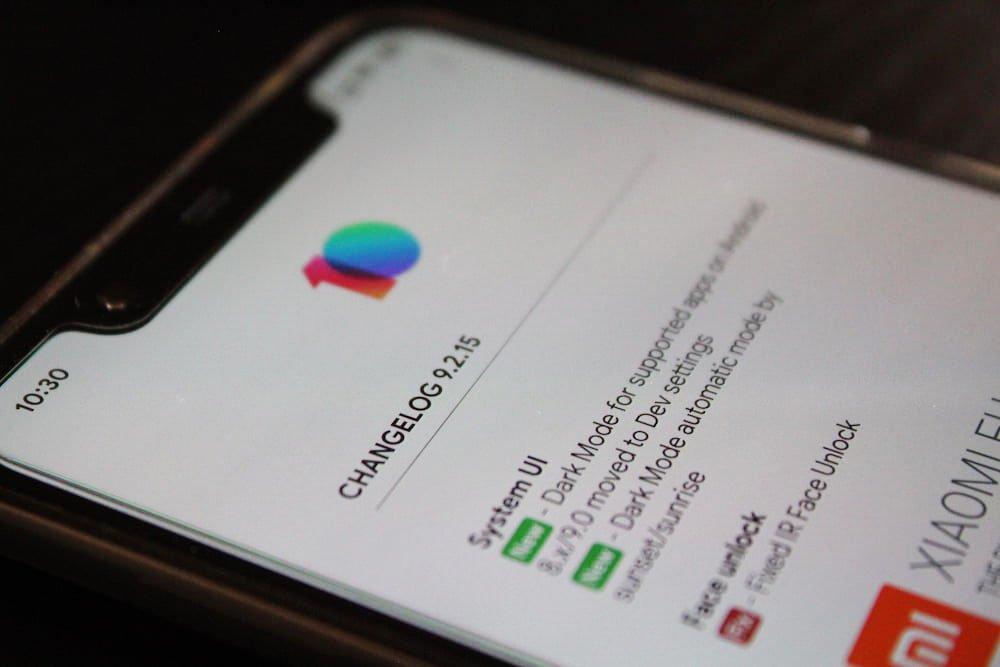 Móvil Android propiedad de OliverCG mostrando actualizaciones del sistema y su lista de cambios software.