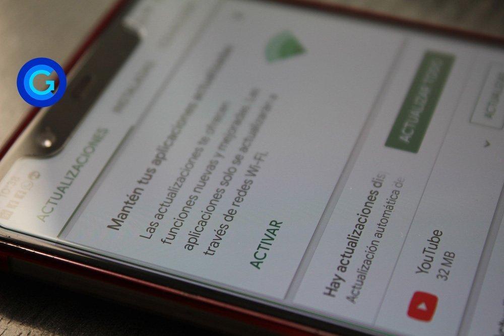 Móvil Android propiedad de OliverCG mostrando actualizaciones de software.